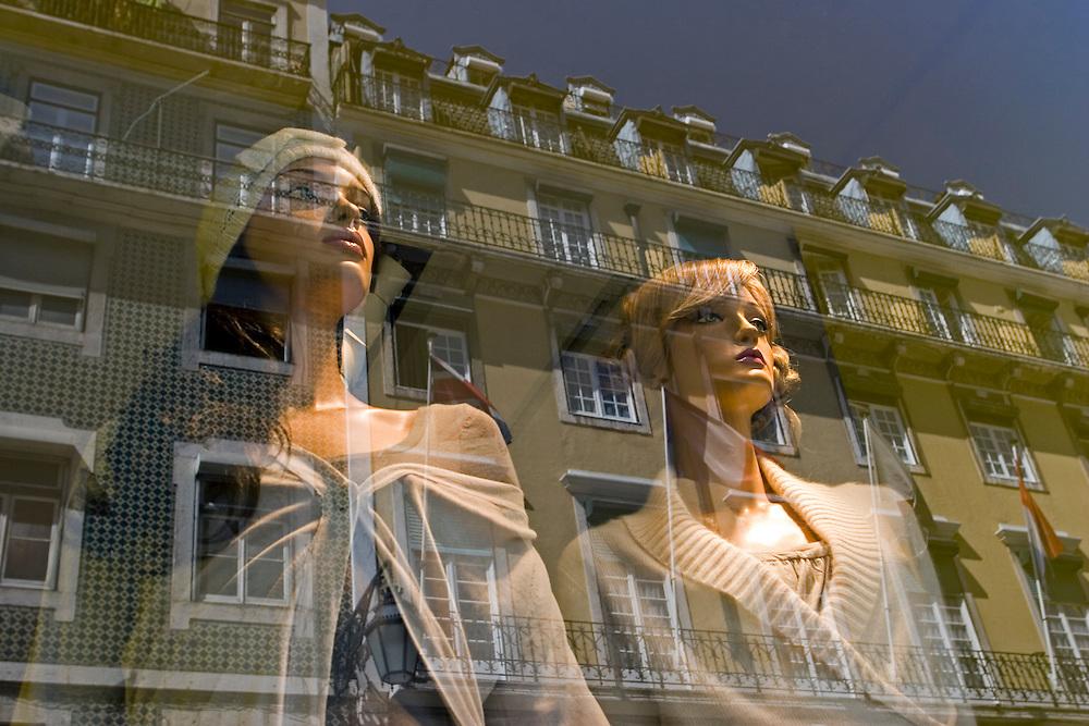 Un edificio de Baixa se refleja en un escaparate con maniquís de Zara, en Lisboa (Portugal).