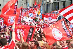 09.05.2010, Marienplatz, Muenchen, GER, 1. FBL, Meisterfeier der Bayern , im Bild Fans mit Fahnen , EXPA Pictures © 2010, PhotoCredit: EXPA/ nph/  Straubmeier / SPORTIDA PHOTO AGENCY