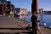 A3A8N9 Artist painting  quayside waterfront buildings Ipswich Wet Dock Suffolk England. Image shot 2006. Exact date unknown.