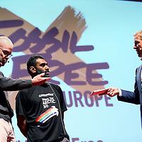 Nederland, Amsterdam , 30 oktober 2013.<br /> Dinsdagavond 29 oktober staat de Aula van de VU in Amsterdam in het teken van twee exclusieve premières:<br /> 1) de eerste Nederlandse vertoning van de indrukwekkende klimaatfilm Chasing Ice op bioscoopscherm;<br /> 2) de eerste Nederlandse presentatie van Bill McKibben, co-founder van klimaatorganisatie 350.org, over de 'carbon-bubble', over het economisch terminale fossiele imperium. McKibben brengt zijn verhaal in samenwerking met Kumi Naidoo, directeur Greenpeace International.<br /> De organisatie van deze avond is in handen van 350.org, Urgenda, mauritsgroen•mgmc en de SRVU Studentenbond. Harm Edens presenteert.<br /> Op de foto: Presentatie Bill McKibben, 350.org en Kumi Naidoo, Greenpeace International<br /> Foto:Jean-Pierre Jans