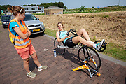 Lieke de Cock praat met haar coach. Op een weg in Delft worden de eerste meters afgelegd met de nieuwe recordfiets, de VeloX 8. In september wil het Human Power Team Delft en Amsterdam, dat bestaat uit studenten van de TU Delft en de VU Amsterdam, tijdens de World Human Powered Speed Challenge in Nevada een poging doen het wereldrecord snelfietsen voor vrouwen te verbreken met de VeloX 8, een gestroomlijnde ligfiets. Het record is met 121,81 km/h sinds 2010 in handen van de Francaise Barbara Buatois. De Canadees Todd Reichert is de snelste man met 144,17 km/h sinds 2016.<br /> <br /> At a road in Delft the team tests the VeloX 8 for the first time. With the VeloX 8, a special recumbent bike, the Human Power Team Delft and Amsterdam, consisting of students of the TU Delft and the VU Amsterdam, also wants to set a new woman's world record cycling in September at the World Human Powered Speed Challenge in Nevada. The current speed record is 121,81 km/h, set in 2010 by Barbara Buatois. The fastest man is Todd Reichert with 144,17 km/h.