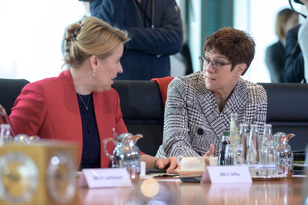 04 MAR 2020, BERLIN/GERMANY:<br /> Franziska Giffey (L), SPD, Bundesfamilienministerin, Annegret Kramp-Karrenbauer (R), CDU, Bundesverteidigungsministerin, im Gespaech, vor Beginn der Kabinettsitzung, Bundeskanzleramt<br /> IMAGE: 20200304-01-047<br /> KEYWORDS: Kabinett, Sitzung, Julia Klöckner, Gespäch