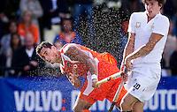 DEN BOSCH -  Glenn Schuurman lost een schot op doel tijdens de wedstrijd tussen de mannen van Jong Oranje  en Jong Frankrijk, tijdens het Europees Kampioenschap Hockey -21. rechts Romain Florain van Frankrijk. ANP KOEN SUYK