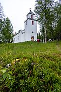 VILDMARKSVÄGEN JULI 2020<br /> Fatmomakke kyrkplats tillkom omkring 1790 för att tillgodose fjällsamernas behov av gudstjänster under sommaren och blev en utgångspunkt för den tidiga samiska föreningsrörelsen i början av 1900-talet. Kyrkan byggdes 1884.<br /> Läs mer här: https://www.svenskakyrkan.se/sodralappland/fatmomakke<br /> Foto: Per Danielsson/Projekt.P