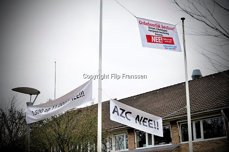Nederland, the Netherlands, Geldermalsen, 18-12-2015 Tegenstanders van de opvang voor vluchtelingen, azc, hebben spandoeken en protestleuzen in het dorp en bij het gemeentehuis opgehangen. Na een geweldadige demonstratie afgelopen woensdag is het besluit, de besluitvorming, uitgesteld. Geldermalsen, the Netherlands, Demonstration, protest, against the sheltering in a tentcamp near Geldermalsen. In Holland the growing number of refugees forces the government to house them in big centers. Some citizens do not approve and made a violent protest last wendsday. FOTO: FLIP FRANSSEN