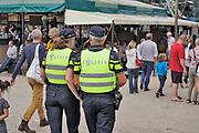 Nederland, The Netherlands, Nijmegen 15-7-2017 Recreatie, ontspanning, cultuur, dans, theater en muziek in de stad. Cultuurfestival de Kaaij, kaai is een van de tientallen feestlocaties. Onlosmakelijk met de vierdaagse, 4daagse, zijn in Nijmegen de vierdaagse feesten, de zomerfeesten. Talrijke podia staat een keur aan artiesten, voor elk wat wils. Een week lang elke avond komen ruim honderdduizend bezoekers naar de stad. De politie heeft inmiddels grote ervaring met het spreiden van de mensen, het zgn. crowd control. De vierdaagsefeesten zijn het grootste evenement van Nederland en verbonden met de wandelvierdaagse. Foto: Flip Franssen