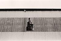 Hull i veggen på en bygning på Skansekaia i Ålesund.<br /> Foto: Svein Ove Ekornesvåg