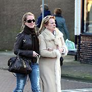 NLD/Laren/20080112 - Liselore Albers - Kooijman en haar moeder winkelend in Laren NH