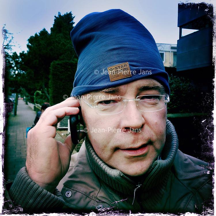 Nederland, Amsterdam , 6 februari 2014.<br /> GSM loze vrijdag.<br /> Uiteraard is een GSM een erg handig medium, maar kunnen we nog zonder? Onze GSM heeft onze dagelijkse leefwereld overgenomen. Het wordt tijd dat we eens stilstaan bij die constante bereikbaarheid en die dure toestellen met nog duurdere gesprekskosten een dagje naast ons neerleggen<br /> Op de foto: Oscar Schuit<br /> Foto gemaakt met Iphone5. fotoprogramma: Hipstamatic: Lens John S. Film Kodot XGrizzled.<br /> Foto:Jean-Pierre Jans