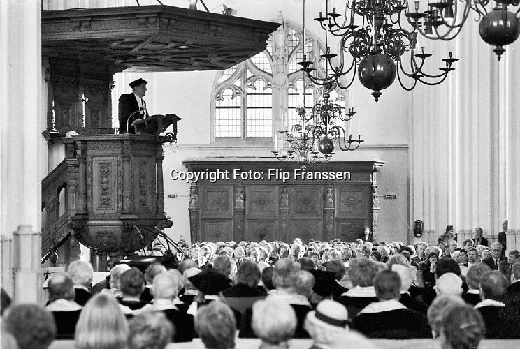Nederland, Nijmegen 1994  Feestelijke bijeenkomst van de KUN, katholieke universiteit nijmegen, met oratie, toespraak, van Kees Fens in de Stevenskerk. Fens wordt bijzonder hoogleraar .Foto: Flip Franssen