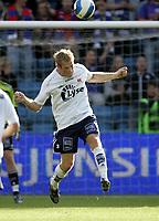 Fotball<br /> Tippeligaen Eliteserien<br /> 30.06.07<br /> Ullevaal Stadion<br /> Vålerenga VIF - Viking<br /> Børre Steenslig header <br /> Foto - Kasper Wikestad