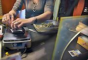 Nederland, Nijmegen, 16-5-2012Vanwege de invoering van de wietpas in Zuid-Nederland komen meer gebruikers en kopers, vooral uit het buitenland, naar Nijmegen.In de Vlaamse Gas zijn een paar coffeeshops. Zij gaan met een ledenpas werken om vaste, nederlandse klanten korting en voorrang te geven.Foto: Flip Franssen/Hollandse Hoogte
