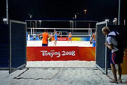 06-08-2008 VOLLEYBAL: OS 2008 TRAINING BEACHVOLLEYBAL: BEIJING<br /> Op het inspeelveld van het Chaoyang Park Beach Stadium trainden de Nederlandse mannenploeg / Emiel Boersma, Bram Ronnes, Richard Schuil en Reinder Nummerdor worden bekeken door Noorwegen<br /> ©2008-WWW.FOTOHOOGENDOORN.NL