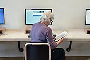 Nederland, Arnhem, 3-3-2016Computercursus voor digibeten, vooral ouderen, en andere mensen die niet goed met een computer kunnen omgaan. Cursus wordt gegeven in het kader van Digibeter. Er wordt gleerd hoe je online een digID moet aanvragen om onder andere je belastingaangifte digitaal per computer te kunnen doen.       Foto: Flip Franssen/ HH
