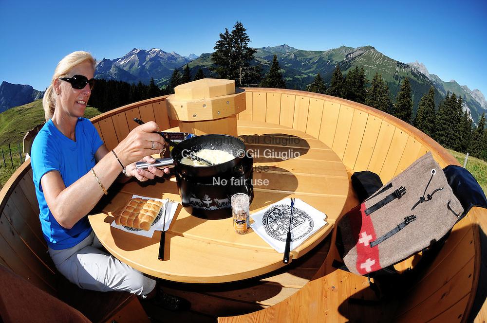 """Suisse, Canton de Bern dans la région du Haut-Simmental, alpages sur Wispile, préparation du """" sac-à-dos fondue dans un caquelon aménagé expré // Switzerland, Bern canton, Hight-Simmental region, Pastures on Wispile, backpaker fondue in special  caquelon ltypical  pot, MODEL RELEASE OK, Ref SNL05"""