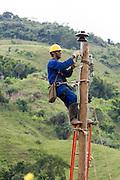Santos Dumont_MG, Brasil...Operario trabalhando na eletrificacao rural proximo a Santos Drumont...Worker working in rural electrification near to Santos Drumont. ..Foto: LEO DRUMOND / NITRO