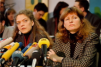 07.01.1999, Deutschland/Bonn:<br /> Antje Radcke und Gunda Röstel, Sprecherinnen des Bundesvorstandes B90/Grüne, während einer Pressekonferenz zur Bundesvorstandsklausur von Bündnis 90 / Die Grünen, Bundesgeschäftsstelle, Bonn  <br /> IMAGE: 19990107-02/01-21<br /> KEYWORDS: Gunda Roestel, Mikrofone, microphone