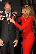 Anton Corbijn krijgt de Prins Bernhard Cultuurfonds Prijs omgehangen door Prinses Maxima. <br /> <br /> Anton Corbijn gets the Prince Bernhard Culture Prize from Princess Maxima.