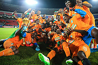 Fotball<br /> Afrika Cup / Afrikamesterskapet<br /> 08.02.2015<br /> Elfenbenskysten v Ghana <br /> Finale<br /> Foto: imago/Digitalsport<br /> NORWAY ONLY<br /> <br /> Players of Cote d Ivoire pose for a group photo with the trophy of Africa Cup of Nations during the awarding ceremony in Bata, Equatorial Guinea, Feb. 8, 2015. Cote d Ivoire won the champion after beating Ghana 9-8 in penalty kicks of the final on Sunday.