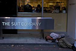 Mendigo dorme em frente a loja de grifenas ruas do centro de Tókio. FOTO: Jefferson Bernardes/Preview.com