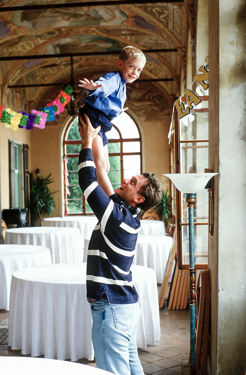 21 MAY 2000 - Garda (VR) - Gianluca Rana, industriale della pasta, con il figlio Giovannino nel giorno del suo quinto compleanno.