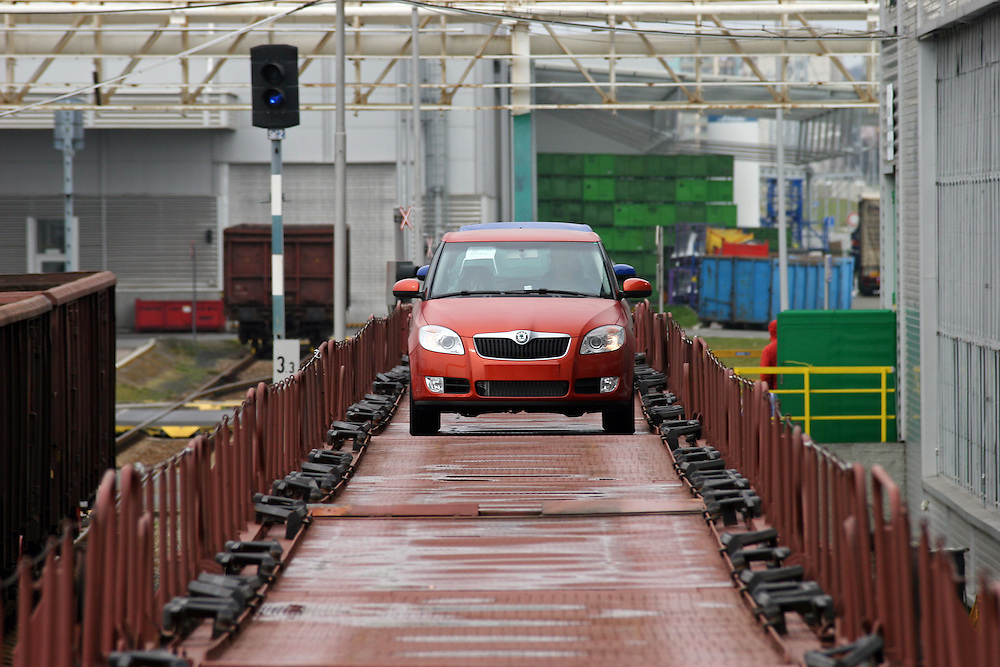 Mlada Boleslav/Tschechische Republik, Tschechien, CZE, 19.03.07: Das neue Modell des Skoda Fabia auf dem Werksgelände der Skoda Auto Fabrik in Mlada Boleslav wird für die Auslieferung per Schiene auf einen Autozug geladen. Der tschechische Autohersteller Skoda ist ein Tochterunternehmen der Volkswagen Gruppe.<br /> <br /> Mlada Boleslav/Czech Republic, CZE, 19.03.07: New Skoda Fabia vehicles prepared for transportation on train at Skoda car factory in Mlada Boleslav. Czech car producer Skoda Auto is subsidiary of the German Volkswagen Group (VAG).