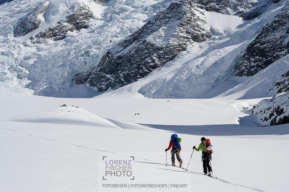 Skibergsteiger auf dem Unteren Grindelwaldgletscher in der Nähe der Schreckhornhütte, Grindelwald, Berner Oberland, Schweiz<br /> <br /> Ski mountaineer on the Lower Grindelwald glacier near the Schreckhornhütte, Grindelwald, Bernese Oberland, Switzerland