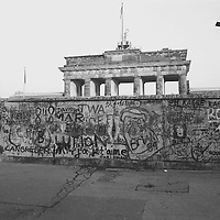 Das war die konkrete Forderung des damaligen amerikanischen Präsidenten Ronald Reagan an Michail Gorbatschow, den Generalsekretär des Zentralkomitees der Kommunistischen Partei der Sowjetunion. Sie wurde belohnt mit einem Gebäudekomplex, der heute nahe an der Mauer steht, der U.S.-Botschaft.