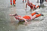 MONCHENGLADBACH  -   Vreugde bij Claire Verhage en Eva de Goede , zaterdag na de gewonnen  finale bij de Europese Kampioenschappen hockey vrouwen  tussen Nederland en Duitsland (3-0), in het Duitse Monchengladbach.