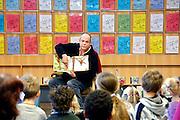 Nederland, Nijmegen, 10-2-2007 ..Rik van Sesamstraat leest voor in de bibliotheek van Zwaneveld...Foto: Flip Franssen/Hollandse Hoogte
