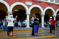 Mexique, Etat de Yucatan, Merida, capitale du Yucatan, Place de independance, Palais Municipal, groupe de musiciens et danseurs mexicains // Mexico, Yucatan state, Merida, the capital of Yucatan, square of independence, municipal palace, Mexican dancers and musicians