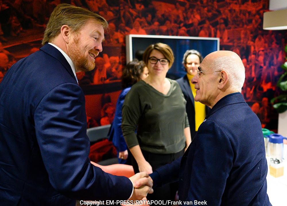 Koning Willem Alexander brengt een werkbezoek aan het Radiohuis van de Nederlandse Publieke Omroep (NPO) in Hilversum. Het bezoek staat in het teken van het medium radio, dat dit jaar in Nederland honderd jaar bestaat.<br /> <br /> Op de foto:  Koning Willem-Alexander en Frits Spits