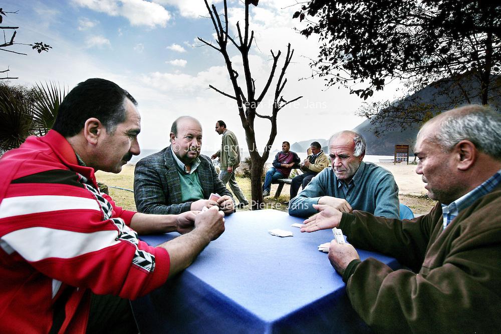 Turkije,Cirali, Antalya ,27 november 2007..Een bijna verlaten strand van het kustplaatsje Cirali..Buiten bij het theehuis op het strand drinken de oudere dorpsbewoners thee en spelen kaart..Foto:Jean-Pierre Jans