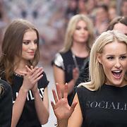 NLD/Amsterdam/20160125 -  Modeshow Josh V  SIXTEEN Collection, Josh Veldhuizen met haar modellen