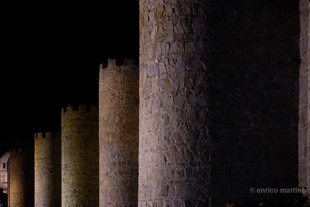 Ávila's old city, surrounded by imposing city walls comprising eight monumental gates, 88 watchtowers and more than 2500 turrets, is one of the best-preserved medieval bastions in Spain.