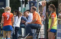 AMSTELVEEN - HOCKEY - Bloemendaal bank met Jorge Nolte en Rutger Klein  tijdens de eerste competitiewedstrijd van het nieuwe seizoen tussen de vrouwen van Pinoke en Bloemendaal (2-1). COPYRIGHT KOEN SUYK