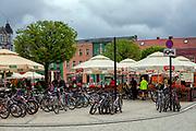 Rynek w Kościerzynie, grupa młodzieży na wycieczce rowerowej.
