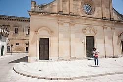 """Il Palazzo Baronale Dellanos è ubicato nella frazione Galugnano del Comune di San Donato di Lecce.Appare verosimile, dai riscontri documentali, che la sua edificazione risalga agli anni successivi al 1587 anno in cui la proprietà del feudo passò dagli Acaya al Regio Baglivo Ramirez Dellanos. Le opere murarie comunque furono edificate su una preesistente costruzione risalente al periodo medioevale.Il Palazzo ha subito nel corso degli anni numerosi interventi di restauro che hanno portato l'immobile alla bellezza estetica di """"domus patrizia"""" sua originale destinazione d'uso."""