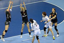 08-12-2013 HANDBAL: WERELD KAMPIOENSCHAP ZUID KOREA - NEDERLAND: BELGRADO <br /> 21st Women s Handball World Championship Belgrade. Nederland verliest de tweede partij van het WK met 29-26 van Korea / (L-R) Danick Snelder, Nycke Groot, Lois Abbingh<br /> ©2013-WWW.FOTOHOOGENDOORN.NL