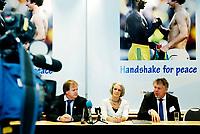 Fotball<br /> Norges Fotballforbund NFF<br /> Fotballtinget 2012<br /> 02.03.12 Lillestrøm<br /> President Yngve Hallèn og Generalsekretær Kjetil Siem flankerer Leder for Nobelsenteret Bente Eriksen . Presenterer Handshake for Peace<br /> <br /> Foto: Eirik Førde