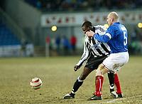 Fotball - Soccer<br /> UEFA Cup 3 runde - UEFA Cup 3rd round<br /> Ullevaal Stadion 26.02.2004<br /> Vålerenga v Newcastle<br /> Foto: Morten Olsen, Digitalsport<br /> <br /> Erik Hagen - Vålerenga<br /> Shola Ameobi - Newcastle