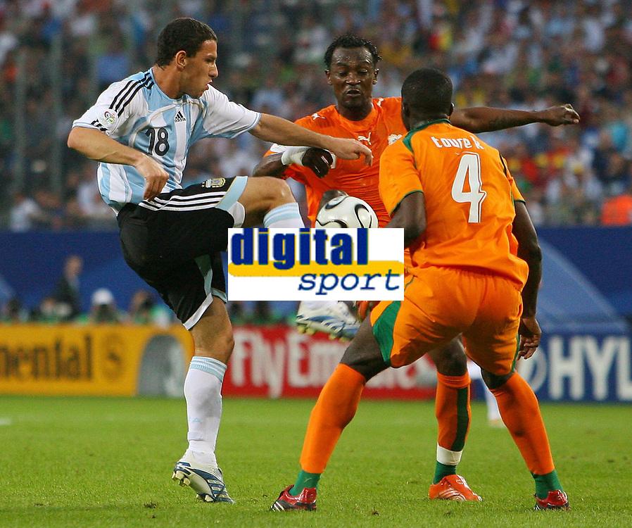 v.l. Maxi Rodriguez, Didier Zokora, Kolo Toure Elfenbeinkueste<br /> Argentina - Elfenbenskysten<br /> Norway only
