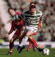 Fotball<br /> Foto: Action Images/Digitalsport<br /> NORWAY ONLY<br /> <br /> Football - Celtic v Aberdeen - Scottish League Cup Final - 19/3/00<br /> <br /> Tommy Johnson, Celtic - Thomas Solberg, Aberdeen.