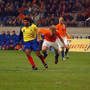 NLD/Amsterdam/20060301 - Voetbal, oefenwedstrijd Nederland - Ecuador, Dirk Kuyt en Ulisses de la Cruz