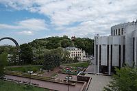 Тестовый кадр камерой Pentax K-1. Вид с Владимирской горки на Украинский Дом и Арку Дружбы Народов. Функция Pixel Shift Resolution включена (режим 2).