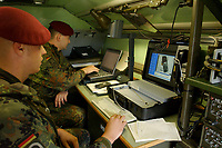15 JUL 2002, ULM/GERMANY:<br /> Soldaten eines Fernmeldetrupps Vorkommando Auslandseinsatz der 5. Kompanie, Fernmelderegiment 4, koennen mit modernen Kommunikationsmitteln Fernmeldeverbindungen - auch Vidokonferenzen - im Einsatzland und nach Deutschland herstellen, II (GE/US) Korps, Ulm<br /> IMAGE: 20020715-01-039<br /> KEYWORDS: Computer, Kommunikation, Soldate, Soldaten, soldier, Telefon, Fernmelder