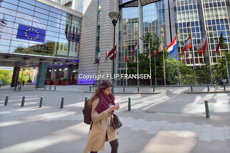 Belgie, Brussel, 14-5-2019 Het gebouw van het Europees parlement aan de rue Belliard en Place Luxembourg in de europese wijk .. Personeel gaat naar huis op het einde van de werkdag. Foto: Flip Franssen
