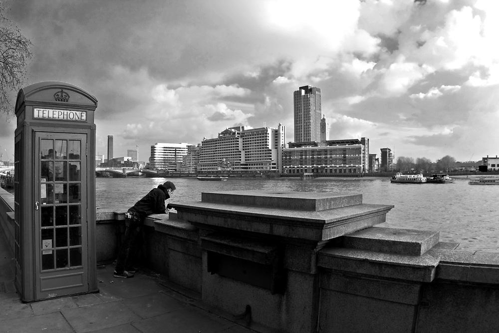 Londyn, 2009-03-05. Budka telefoniczna na bulwarach Tamizy
