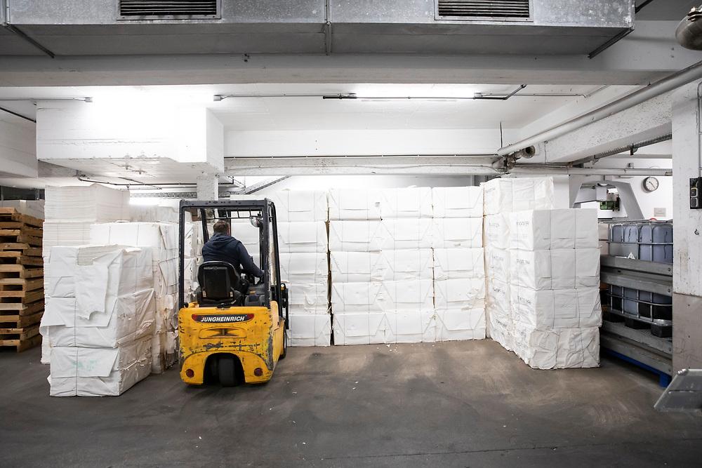 Aufbereitung des Zellstoffs für die Papiermasse: Herstellung von Premiumpapier bei GMUND in Gmund am Tegernsee, Deutschland, 20. Januar 2020
