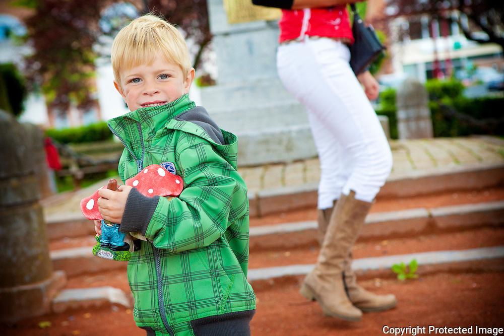 357978-lancering cadeaucheques - ludieke lanceringsactie met kabouter/bodypaint-kinderen zoeken achter verstopte kaboutertjes-astridplein grobbendonk
